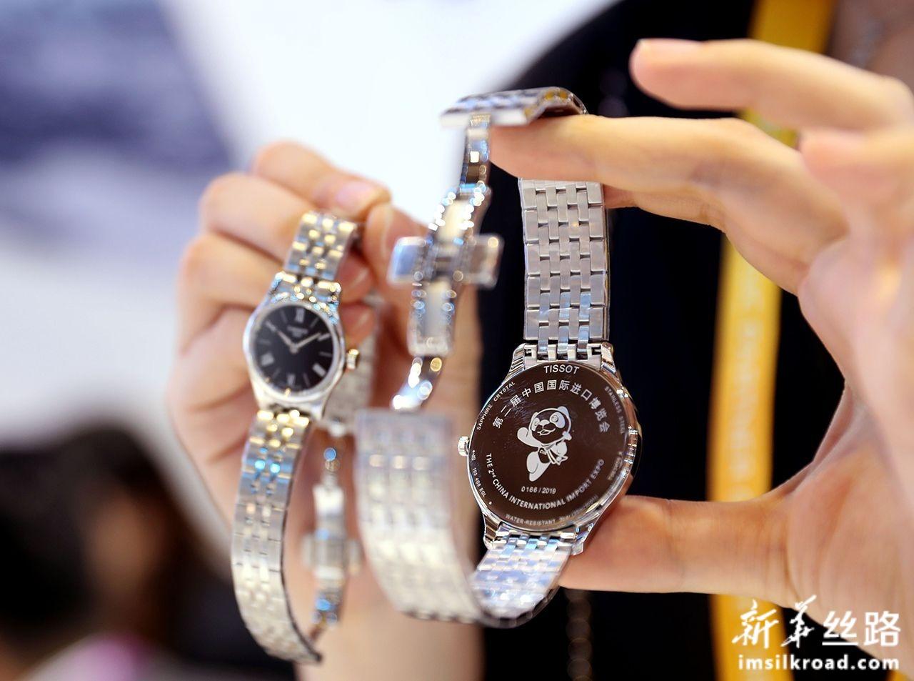 11月6日,在进博会品质生活展区,一家瑞士手表品牌的工作人员展示为第二届进博会打造的限量版腕表。新华社记者 刘颖 摄