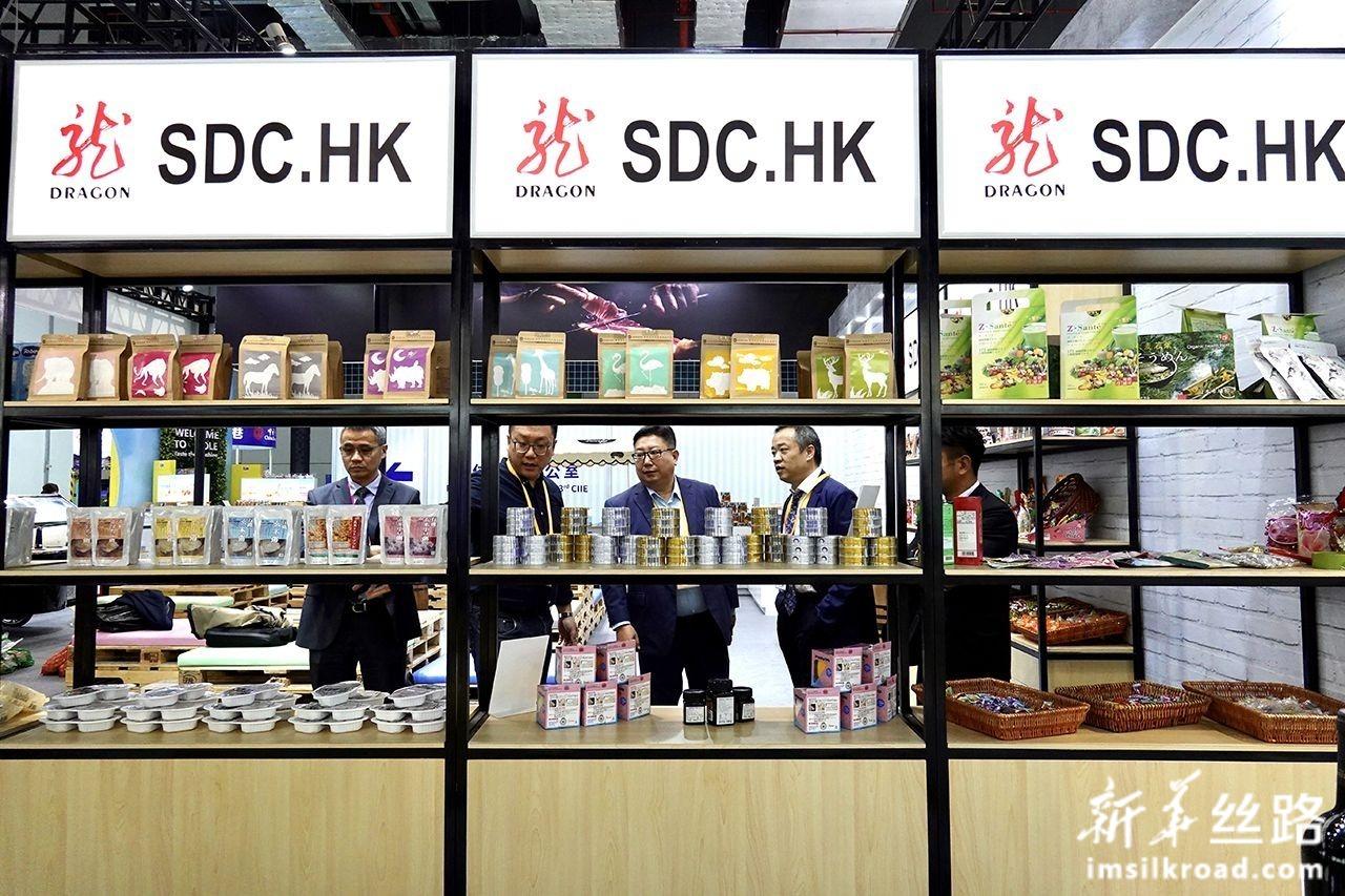 11月5日,参观者在龙港实业发展(香港)有限公司展台了解产品情况。新华社记者 才扬 摄