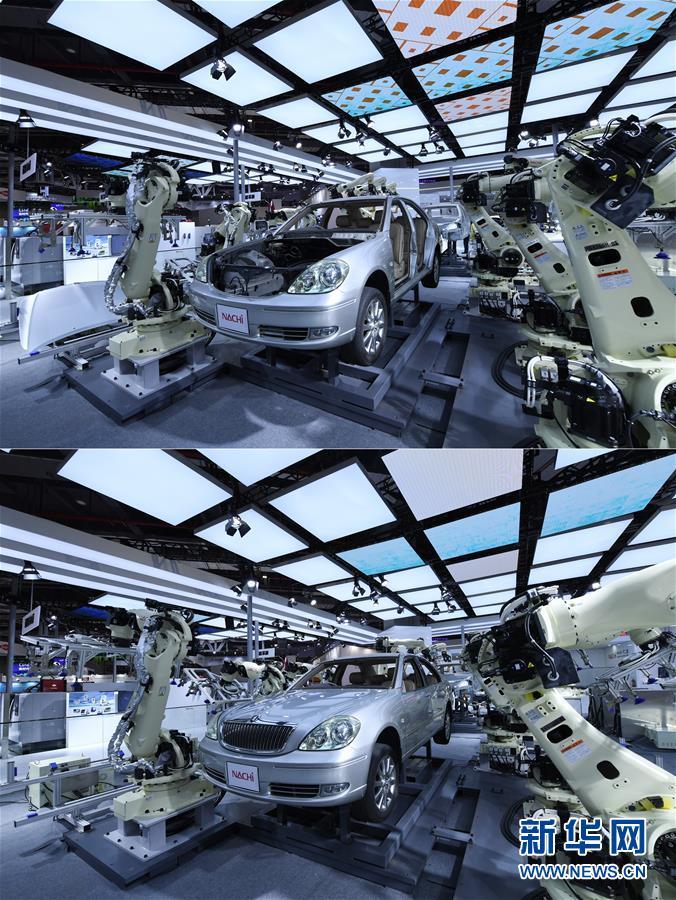 11月5日在第二届进博会装备展区日本那智不二越公司展台拍摄的拼版照片。上图是NACHI超高速点焊SRA系列机器人操作前的汽车骨架;下图为间隔一分钟后拍摄的NACHI超高速点焊SRA系列机器人操作后的汽车外壳。 当日,第二届中国国际进口博览会在上海国家会展中心开幕。 新华社记者 范培珅 摄