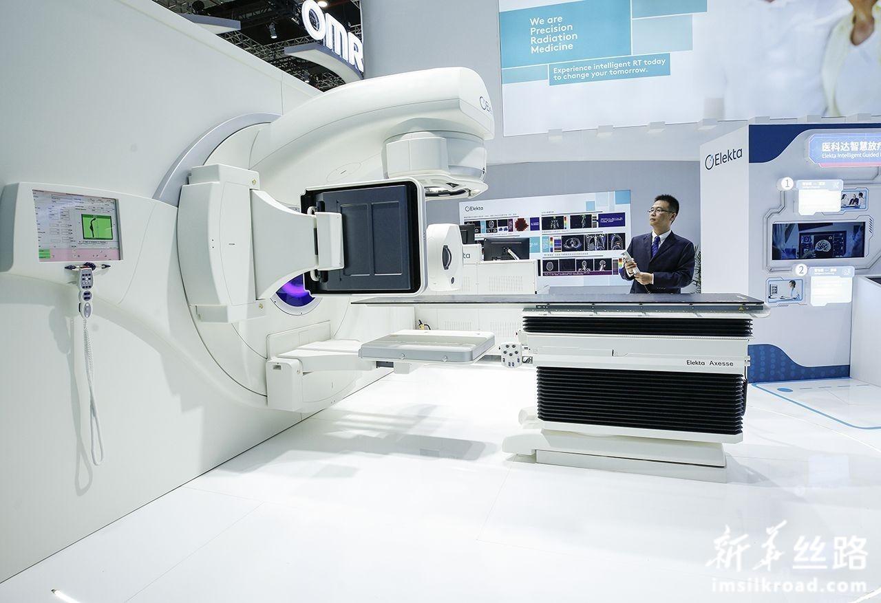 """这是11月7日在瑞典医科达展台拍摄的全球首台高场强磁共振放疗系统 Elekta Unity。这一系统将物理上""""水火不容""""的医用放射治疗直线加速器和高场磁共振结合在一起,在磁共振成像定位肿瘤同时进行放射治疗。新华社记者 张玉薇 摄"""