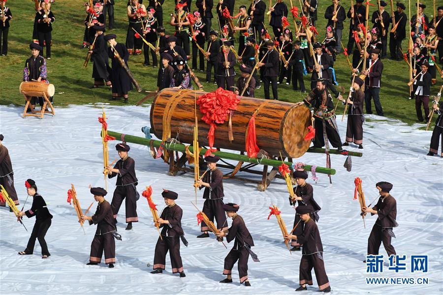 11月1日,当地群众盛装参加苗年非遗展演活动。新华社记者 杨文斌 摄