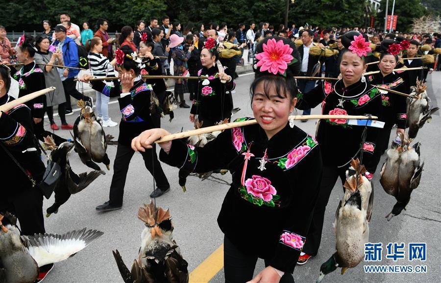 11月1日,当地群众挑着礼物参加苗年非遗巡游活动。新华社记者 杨文斌 摄