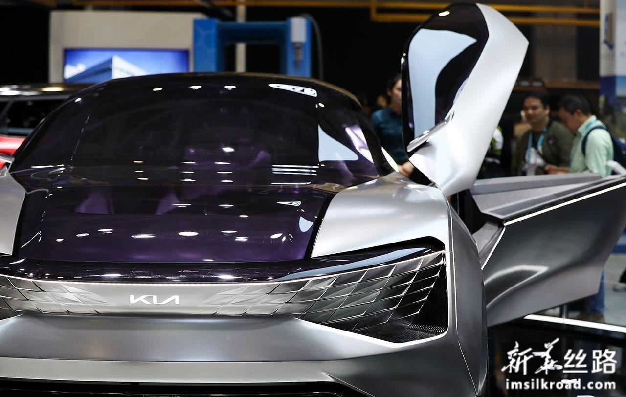 11月6日,人们在汽车展区起亚汽车展台参观一款概念汽车。新华社记者 丁汀 摄