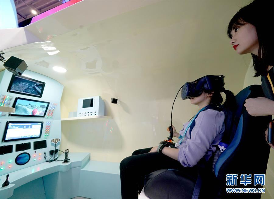 """11月5日,观众在第二届进博会中国馆""""深海勇士""""体验仓内体验。 当日,第二届中国国际进口博览会在上海国家会展中心开幕。 新华社记者 陈建力 摄"""