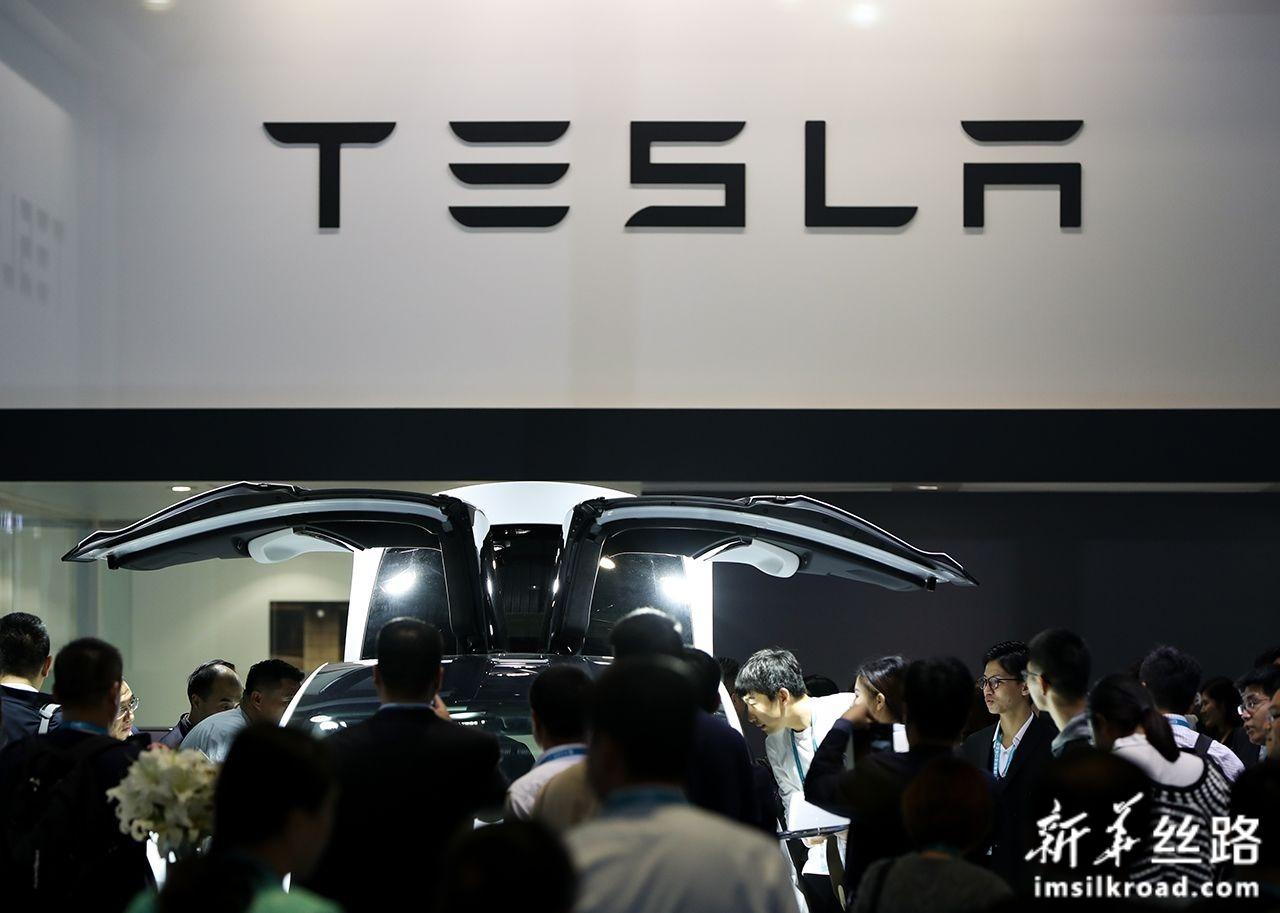 11月6日,在进博会汽车展区,人们在特斯拉展台参观特斯拉MODEL X汽车。新华社记者 丁汀 摄
