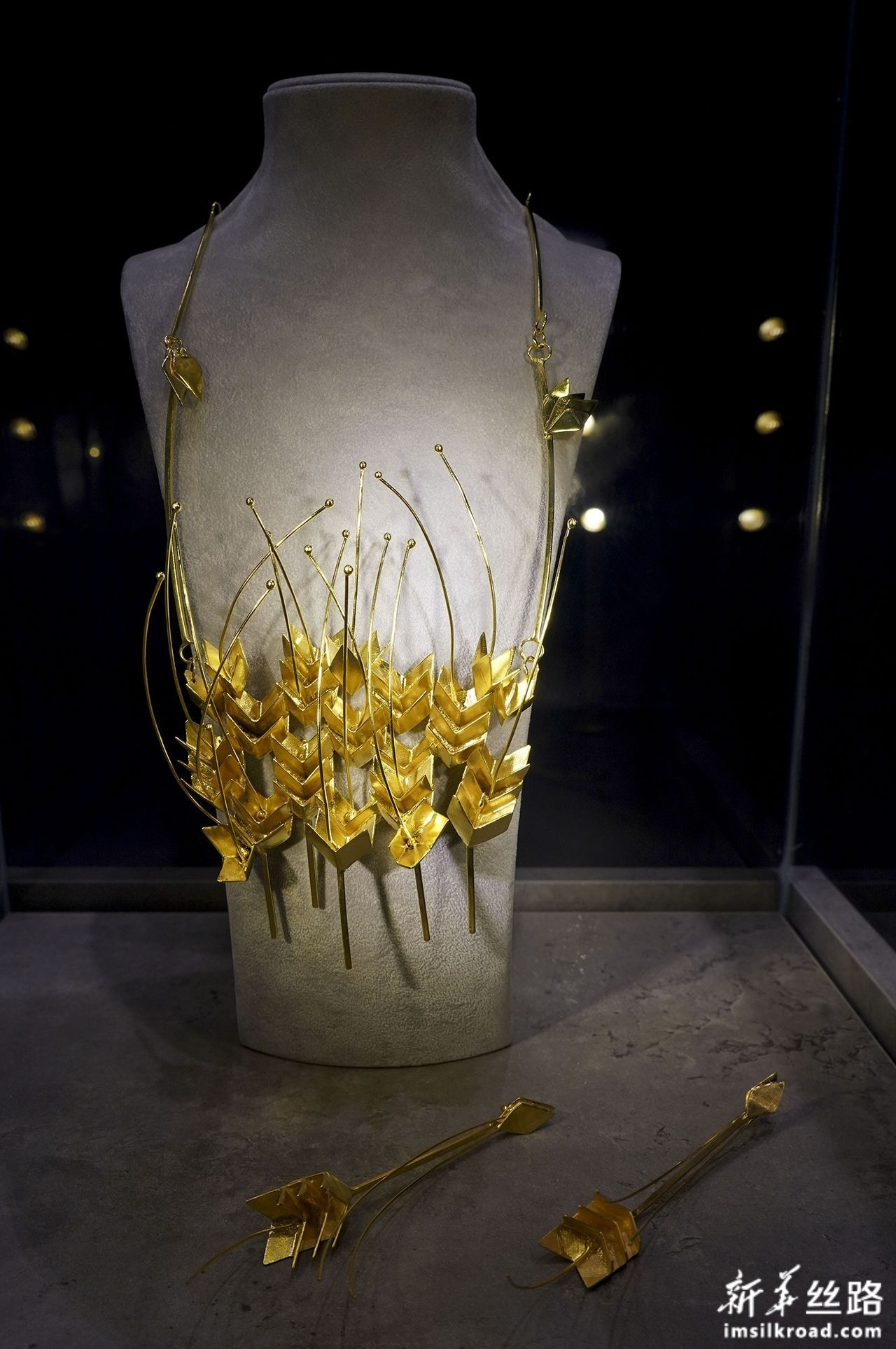 这是11月6日在第二届进博会希腊国家馆内拍摄的饰品。新华社记者 殷刚 摄