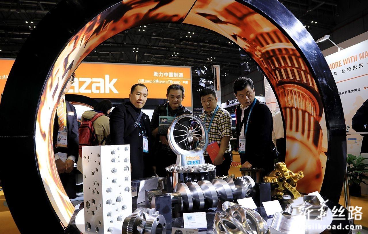 11月6日,人们在进博会装备展区日本马扎克公司展台参观。新华社记者 方喆 摄
