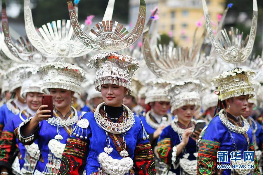 11月1日,当地群众盛装参加苗年非遗巡游活动。新华社记者 杨文斌 摄