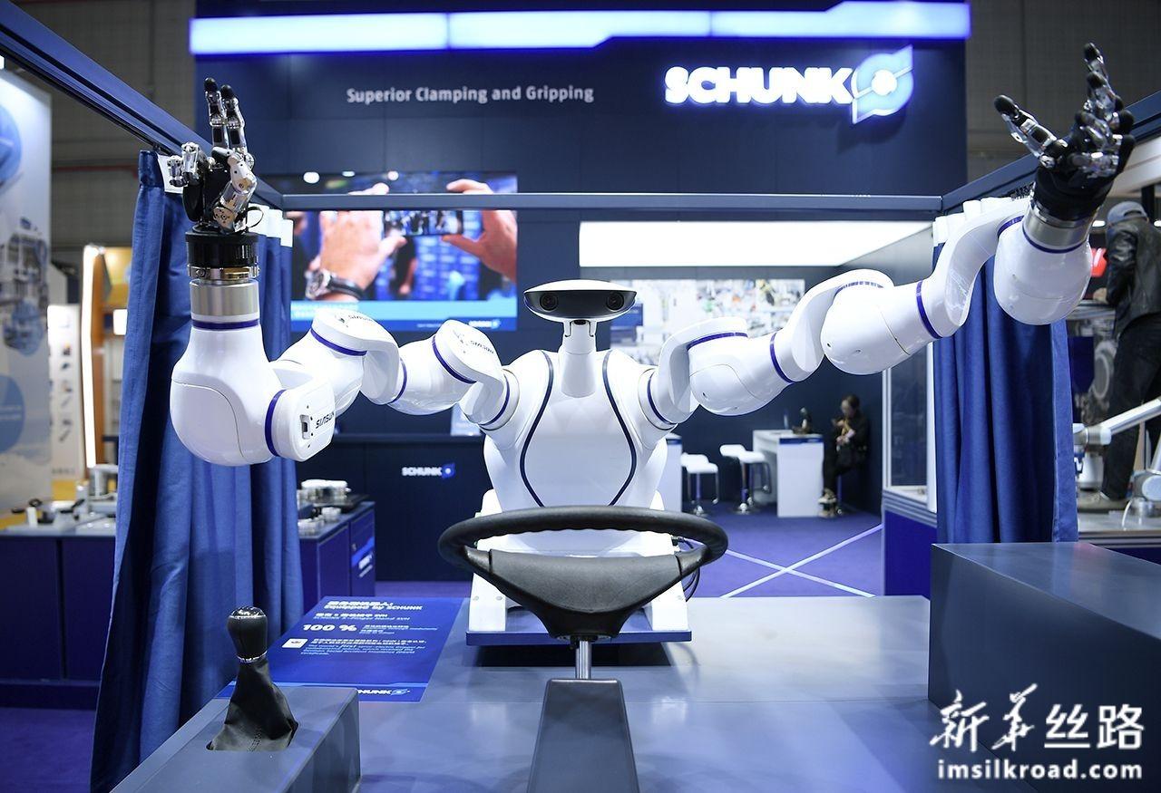 11月5日,德国雄克公司的服务型机器人亮相第二届中国国际进口博览会装备展区。新华社记者 王鹏 摄