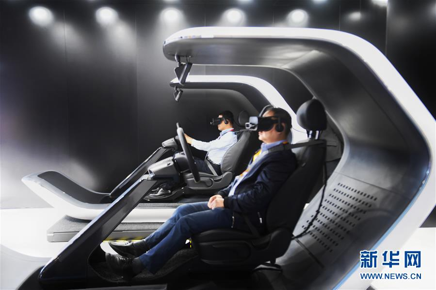 11月5日,在第二届进博会汽车展区,参观者体验韩国起亚汽车驾驶。 当日,第二届中国国际进口博览会在上海国家会展中心开幕。 新华社记者 普布扎西 摄