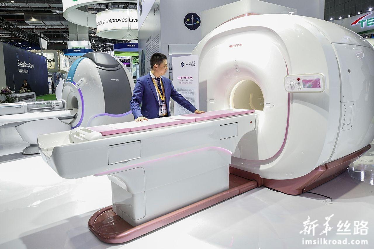 11月7日,工作人员在美时医疗展台展示针对乳腺癌筛查研发的全球首台人工智能乳腺专用磁共振成像系统。这是这一系统在全球的首次亮相,它通过人工智能大数据读片系统进行乳腺磁共振早期筛查,为乳腺肿瘤全民筛查提供高效、精准、快捷和安全的检查手段。新华社记者 张玉薇 摄