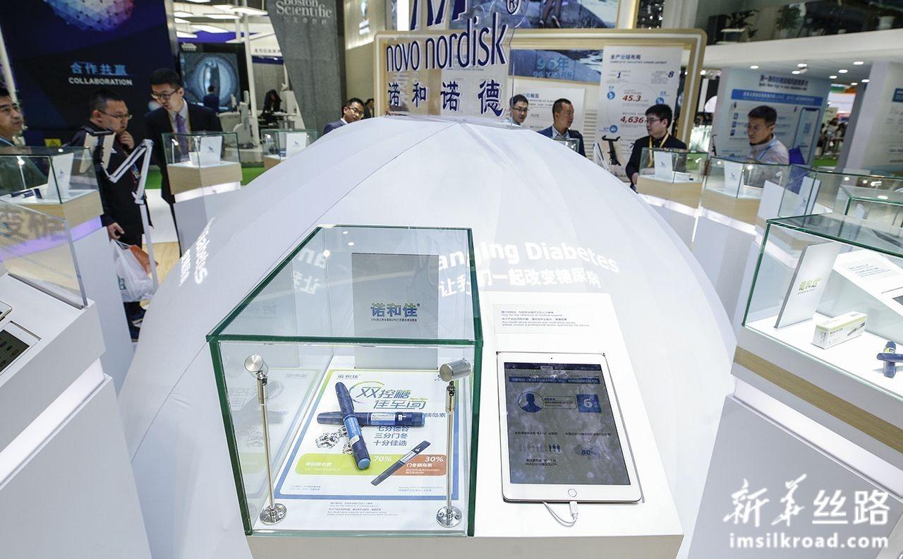 11月7日,全球首个可溶性双胰岛素德谷门冬双胰岛素(商品名诺和佳)在丹麦药企诺和诺德展台亮相,这也是诺和佳首次在中国亮相。新华社记者 张玉薇 摄