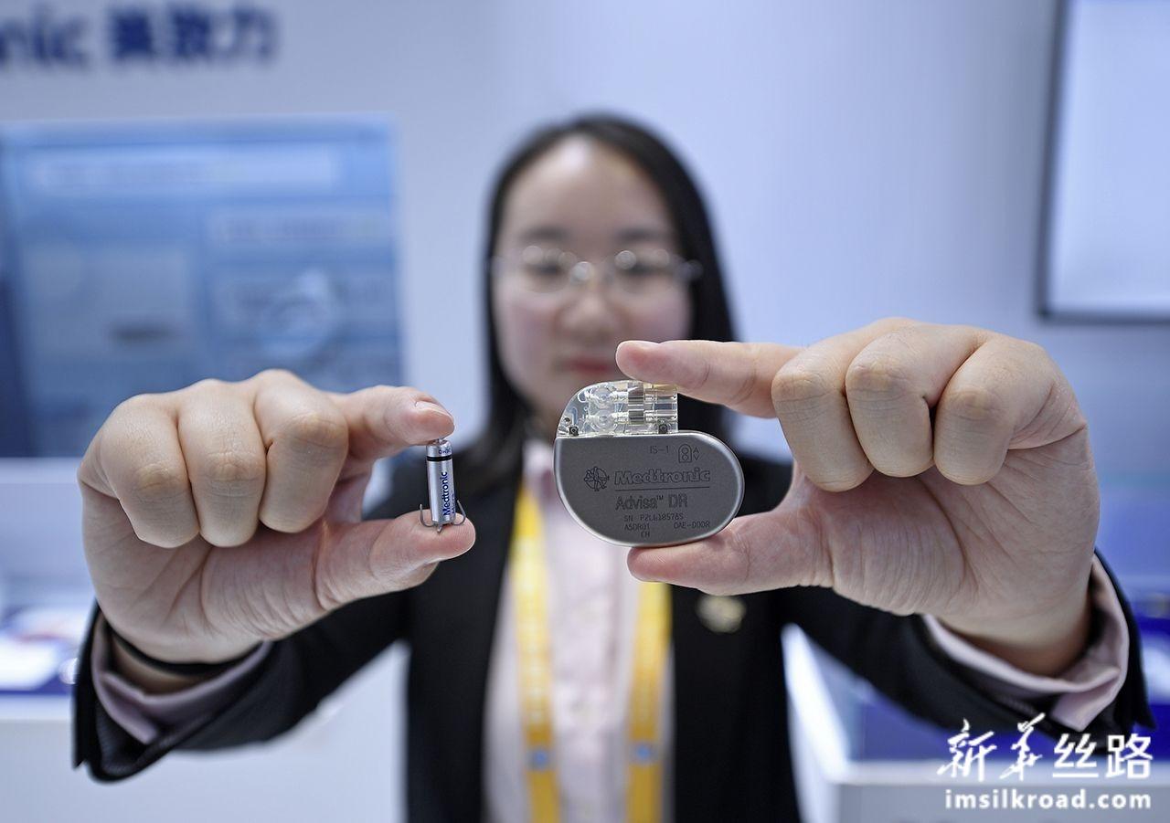 11月7日,在第二届进博会医疗器械及医药保健展区美敦力公司展台,工作人员展示新型心脏起搏器(左)与普通起搏器。该款起搏器是无导线心脏起搏器,体积小,重量仅约2克。新华社记者 王鹏 摄