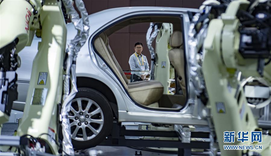 11月5日在第二届进博会装备展区日本那智不二越公司展台拍摄的超高速点焊SRA系列机器人。 当日,第二届中国国际进口博览会在上海国家会展中心开幕。 新华社记者 普布扎西 摄