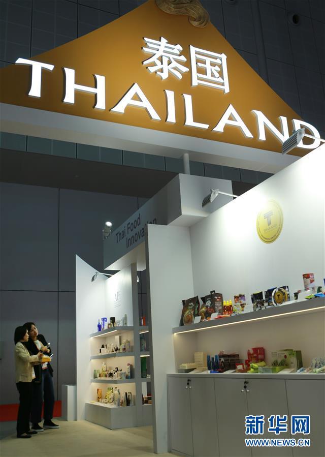 11月5日,参观者在第二届进博会泰国国家馆观看特色产品。 当日,第二届中国国际进口博览会在上海国家会展中心开幕。 新华社记者 郑卫 摄