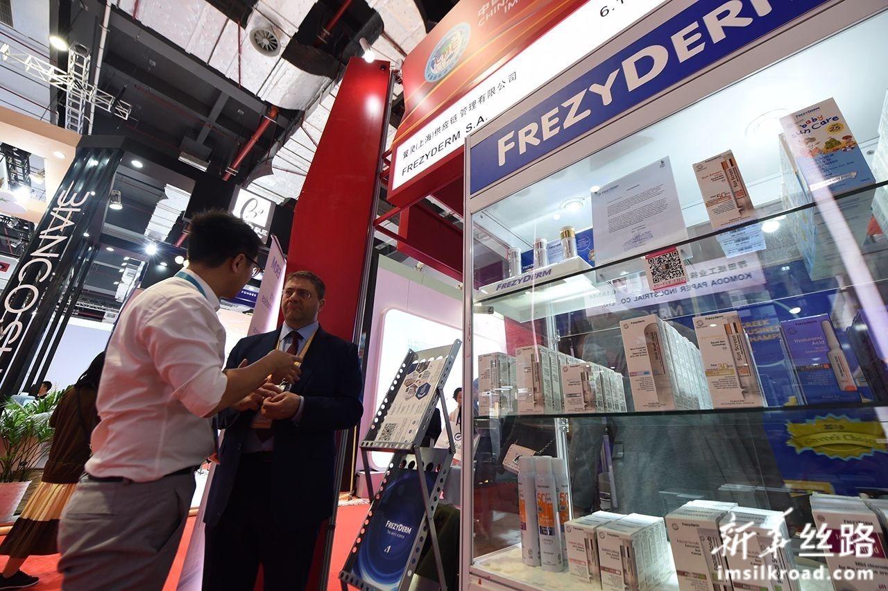这是11月8日在第二届进博会上拍摄的希腊药妆品牌芙蕾姿德展台。新华社记者 尹炣 摄