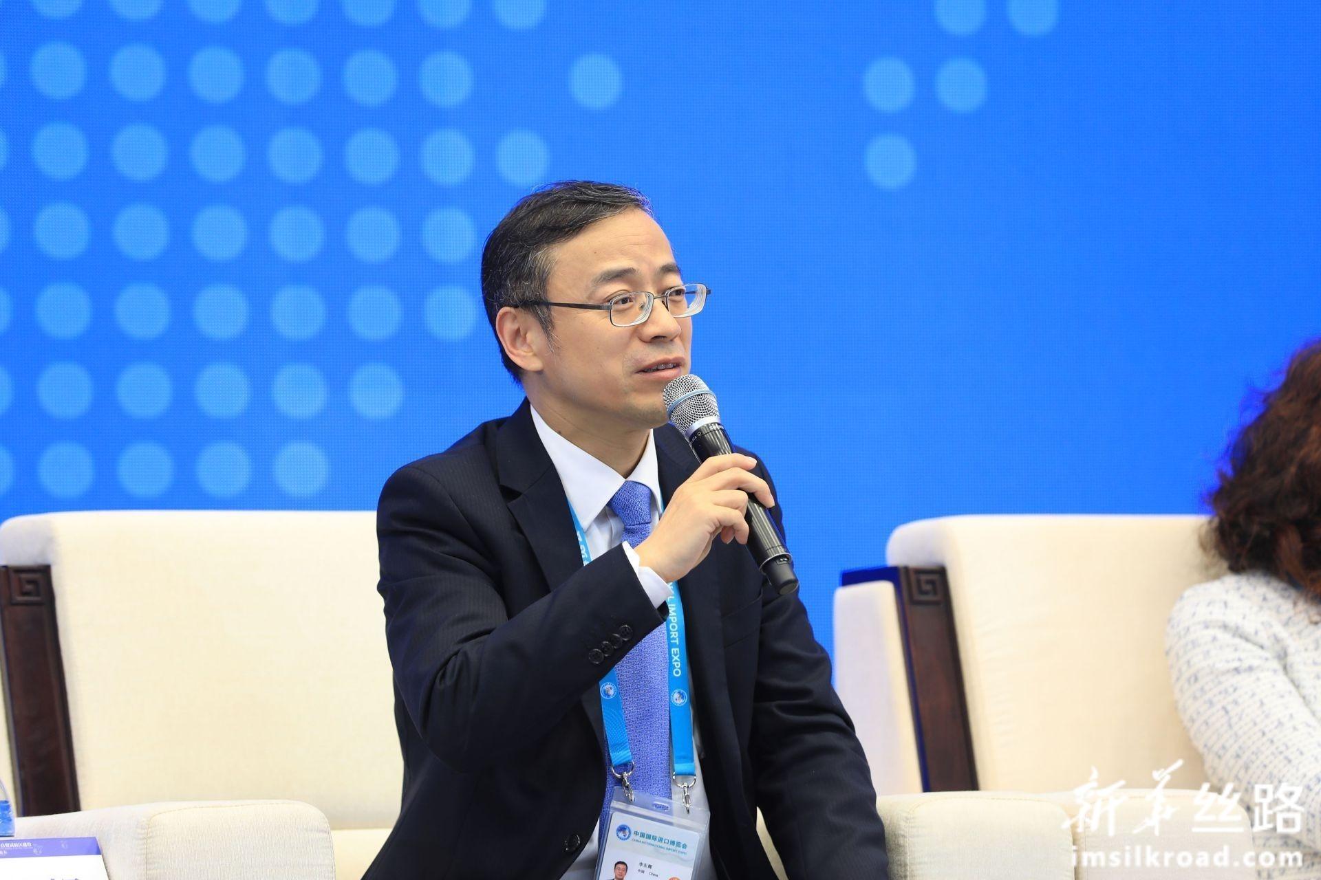 在分论坛1:人民币国际化服务实体经济上,浙江吉利控股集团常务副总裁兼CFO李东辉发言