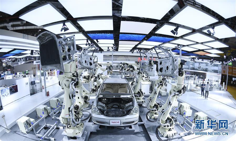 11月5日在第二届进博会装备展区日本那智不二越公司展台拍摄的超高速点焊SRA系列机器人。 当日,第二届中国国际进口博览会在上海国家会展中心开幕。 新华社记者王鹏摄