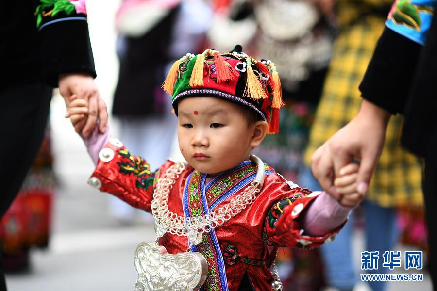 11月1日,一名小朋友盛装参加苗年非遗巡游活动。新华社记者 杨文斌 摄