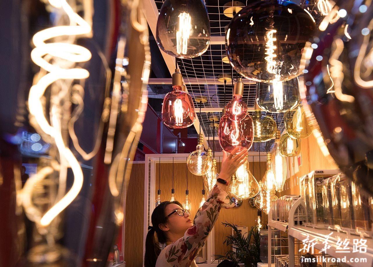 11月5日,来自荷兰的氛围照明节能LED灯具亮相第二届中国国际进口博览会科技生活展区。新华社记者 金立旺 摄