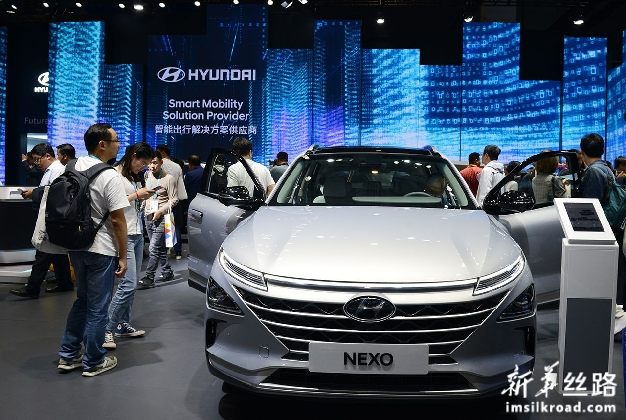 11月6日,人们在汽车展区韩国现代汽车展台参观一辆氢能源燃料汽车。新华社记者 刘昀 摄
