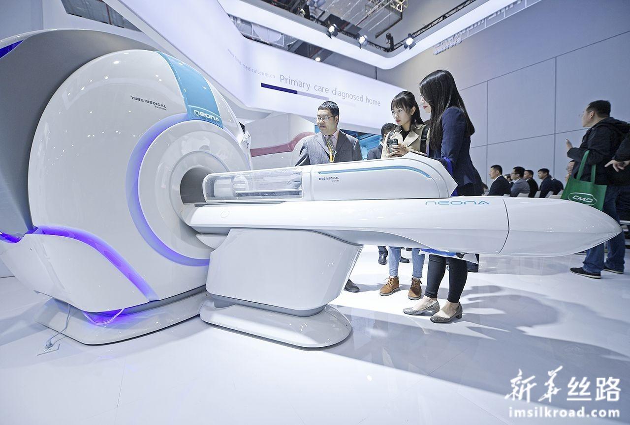 11月7日,在第二届进博会医疗器械及医药保健展区,工作人员为参观者介绍儿科专用核磁共振成像系统。新华社记者 王鹏 摄