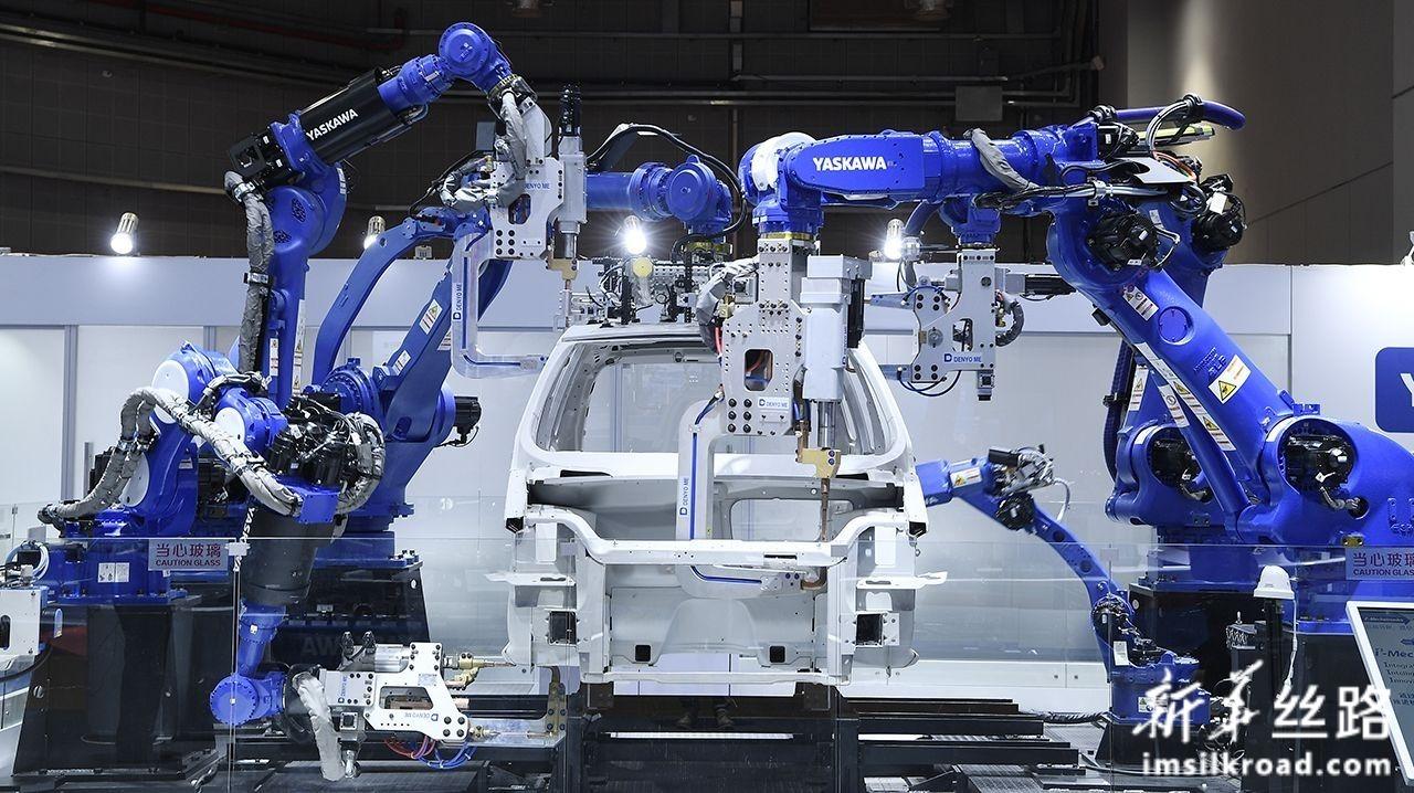 这是11月5日在第二届中国国际进口博览会装备展区拍摄的焊接工位机器人。新华社记者 王鹏 摄