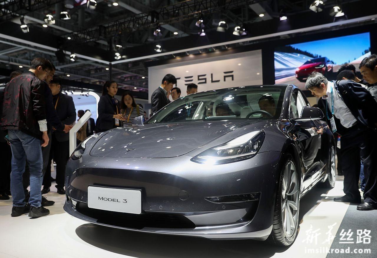 11月6日,在进博会汽车展区,人们在特斯拉展台参观特斯拉MODEL 3汽车。新华社记者 丁汀 摄