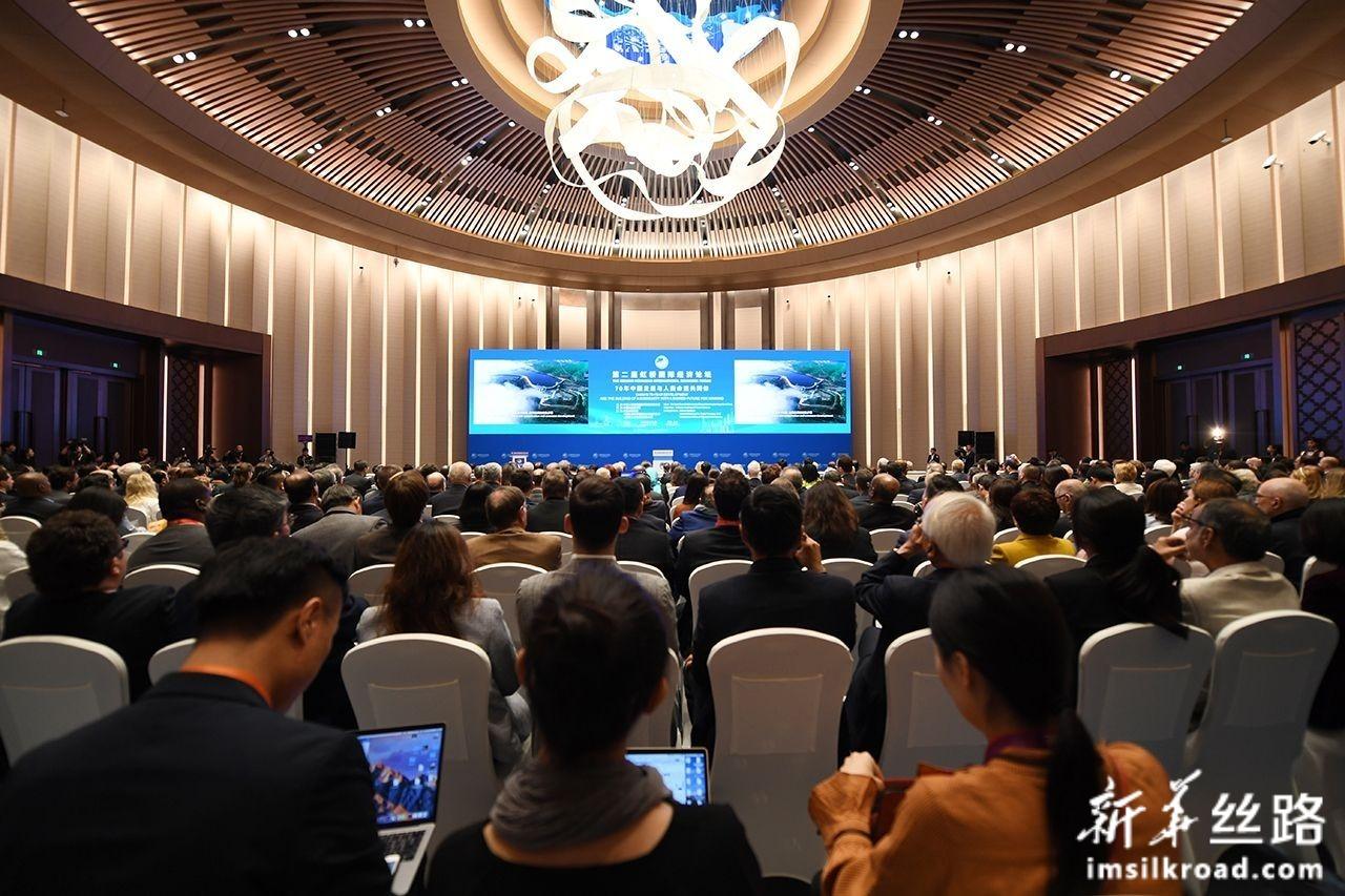 """11月5日,第二届虹桥国际经济论坛""""70年中国发展与人类命运共同体""""分论坛在上海举行。新华社记者 范培珅 摄"""