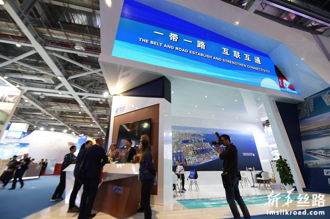 这是11月8日在第二届进博会上拍摄的希腊比雷埃夫斯港展台。新华社记者 尹炣 摄