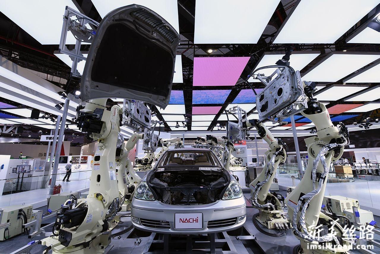 11月5日,日本那智不二越公司的超高速点焊SRA系列机器人亮相第二届中国国际进口博览会装备展区。新华社记者 范培珅 摄
