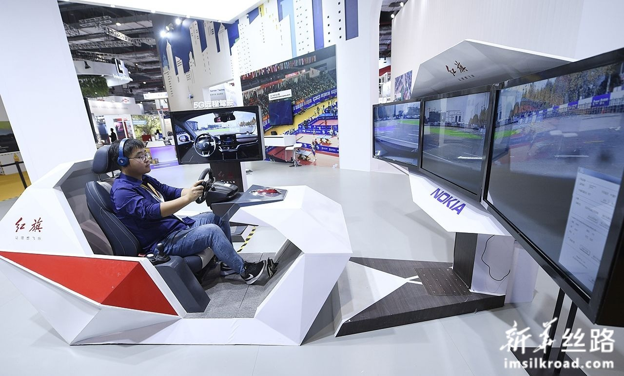 11月5日,工作人员在演示红旗汽车与诺基亚公司联合开发的5G远程驾驶技术。新华社记者 王鹏 摄