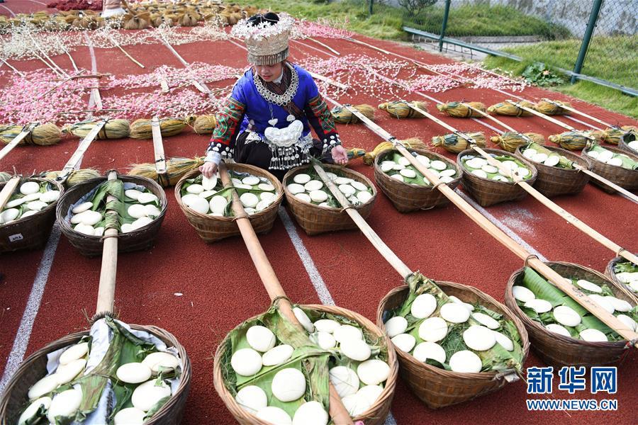 11月1日,一名当地妇女为苗年非遗巡游活动做准备。新华社记者 杨文斌 摄