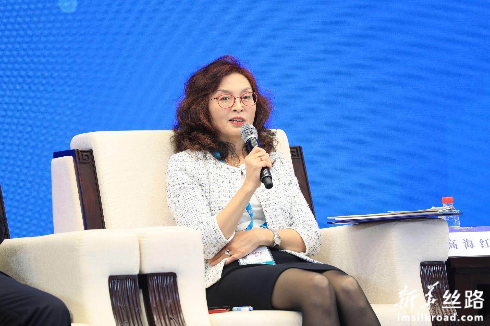 在分论坛1:人民币国际化服务实体经济上,中国社会科学院世界经济与政治研究所国际金融研究中心主任高海红女士发言