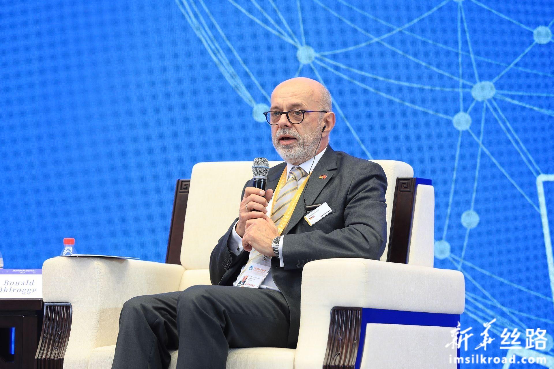 在分论坛1:人民币国际化服务实体经济上,德国永恒力股份公司亚太区高级副总裁 欧瑞先生(Ronald Ohlrogg)发言