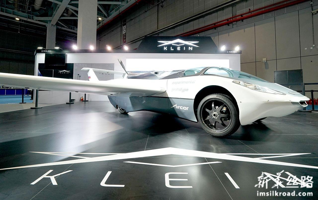 """这是11月5日在第二届中国国际进口博览会汽车展区拍摄的""""会飞的汽车""""。新华社记者 陈建力 摄"""