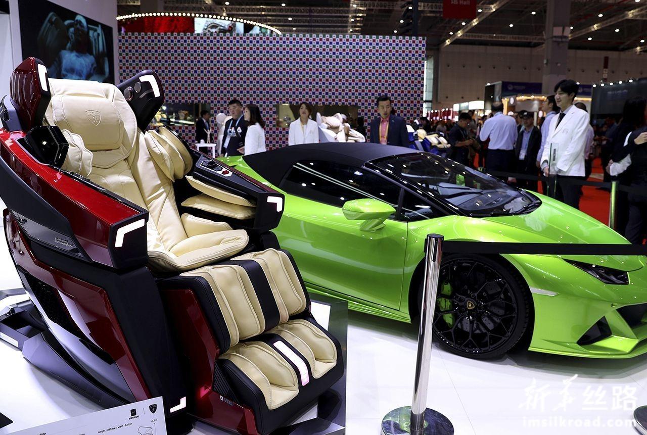 这是11月6日在第二届进博会品质生活展区拍摄的一款按摩椅。新华社记者 刘颖 摄