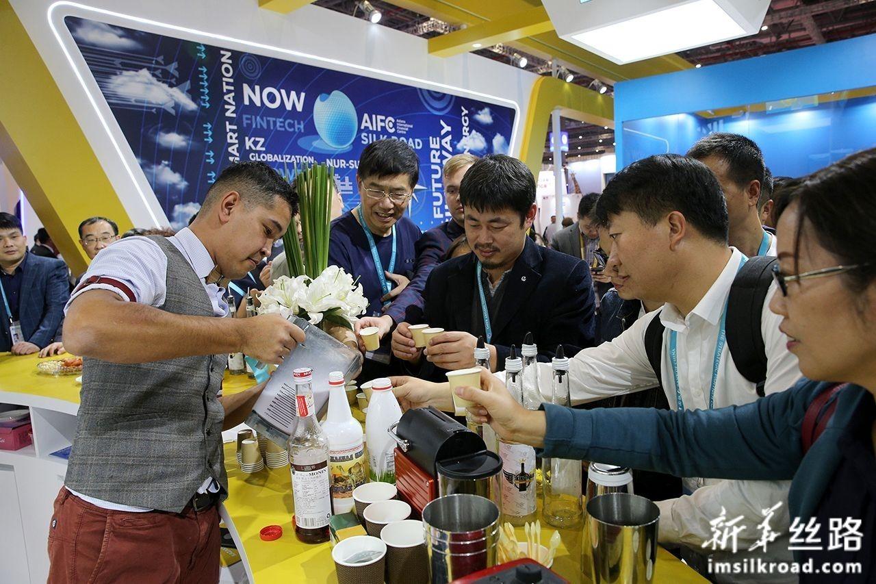 11月6日,在进博会哈萨克斯坦国家馆,调酒师为参观者分享鸡尾酒。新华社记者 张传奇 摄