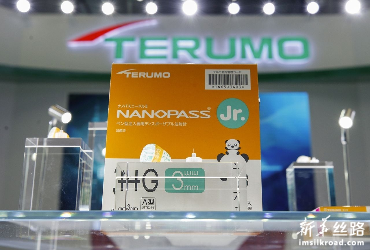 """这是11月7日在第二届进博会上拍摄的医疗器械公司泰尔茂带来的全球最细的胰岛素注射针头""""纳诺斯Jr.""""(NANOPASS Jr.)。新华社记者 张玉薇 摄"""
