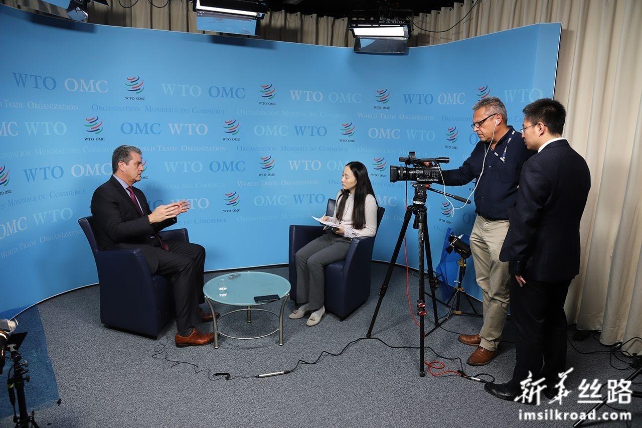 这是10月30日,在位于瑞士日内瓦的世界贸易组织总部,世贸组织总干事阿泽维多(左)接受新华社专访。新华社记者 陈俊侠 摄