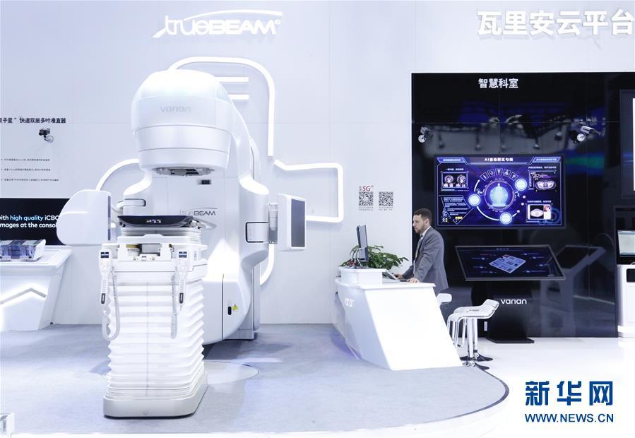 11月5日,工作人员在第二届进博会医疗器械及医药保健展区瓦里安展台查看设备。 当日,第二届中国国际进口博览会在上海国家会展中心开幕。 新华社记者 张玉薇 摄