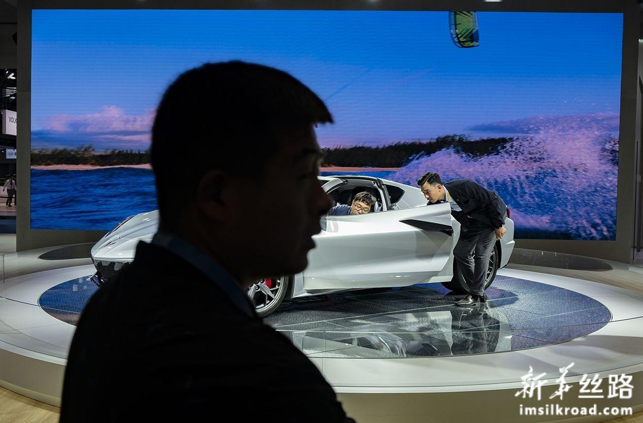 11月5日,参观者在第二届中国国际进口博览会美国通用电气公司展台参观体验。新华社记者 普布扎西 摄