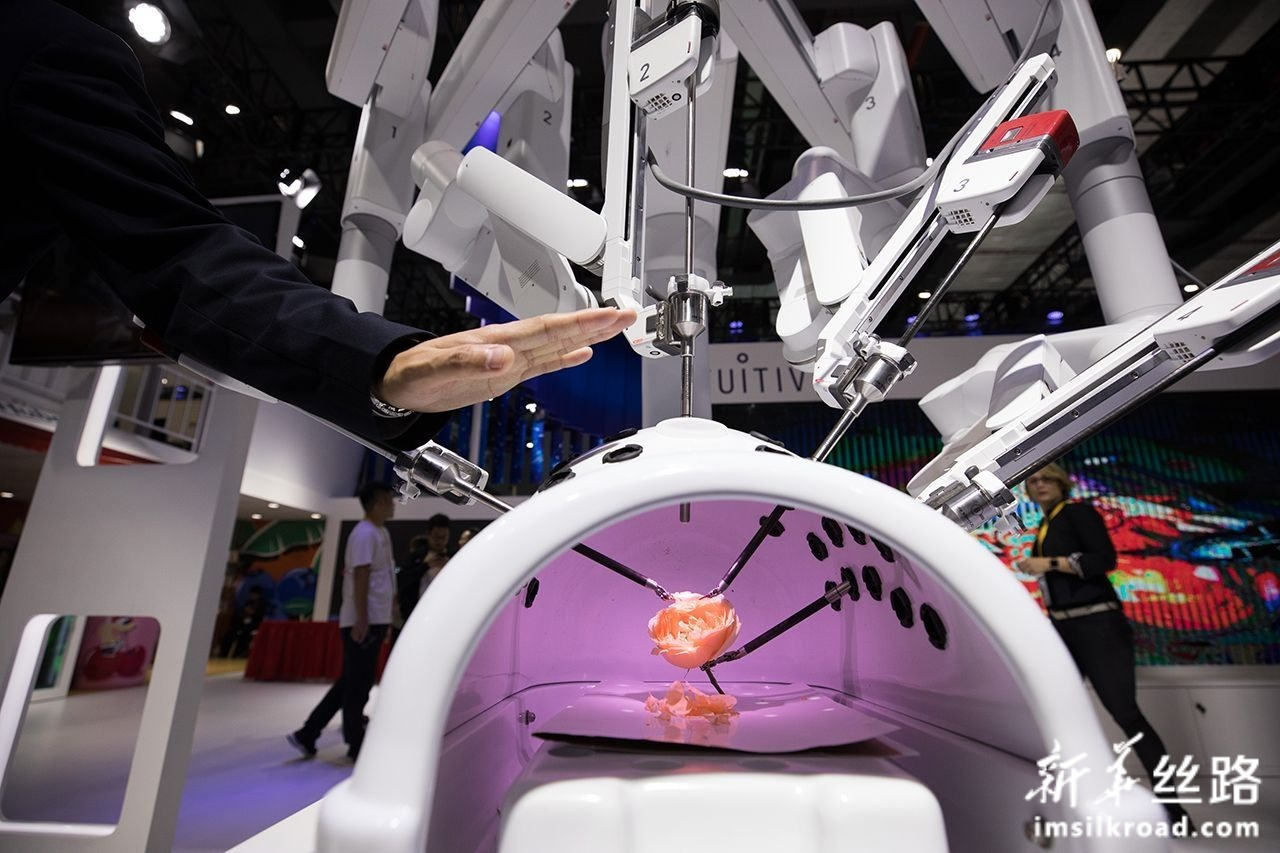 这是11月7日在第二届进博会医疗器械及医药保健展区拍摄的机器人辅助腹腔镜手术系统。新华社记者 金立旺 摄