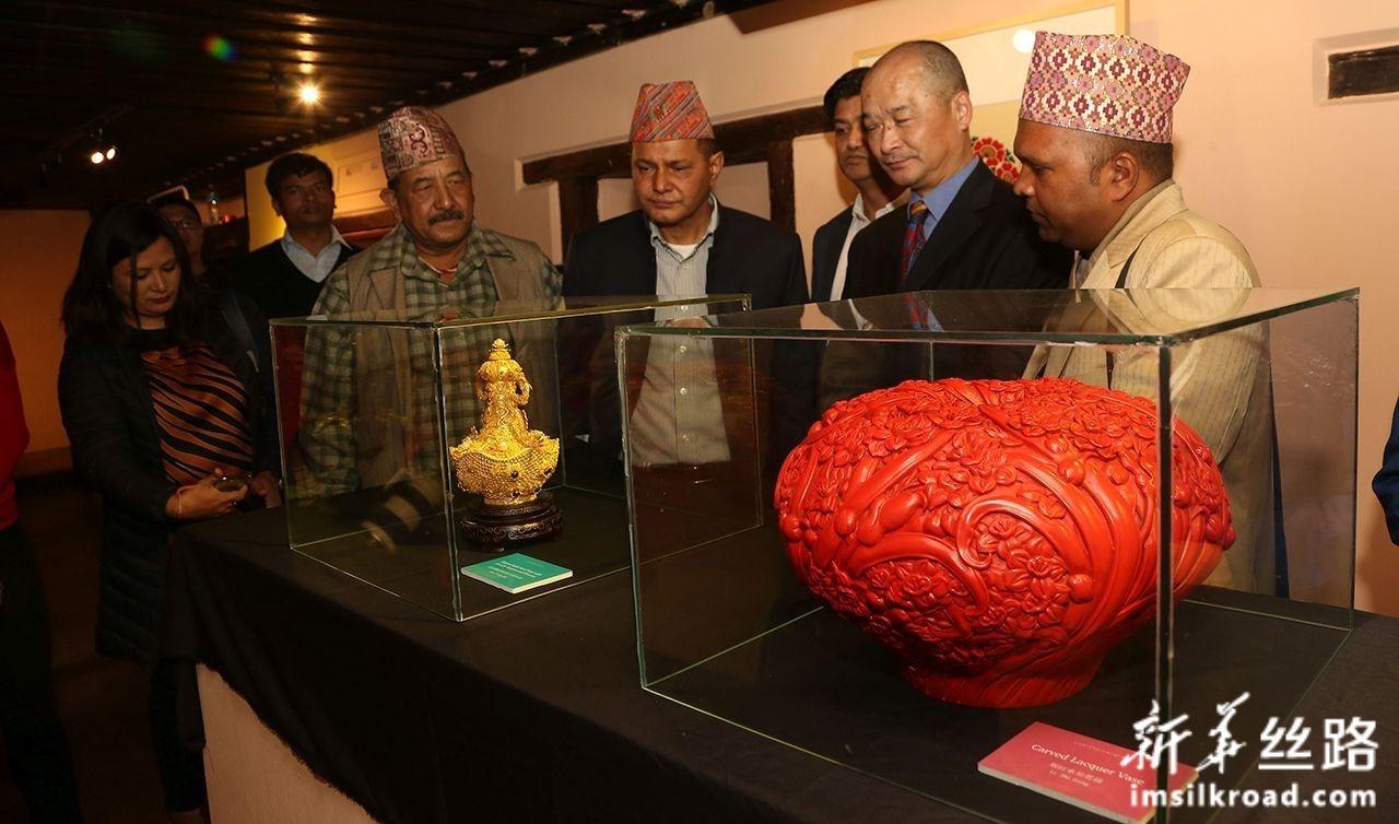 11月6日,在尼泊尔帕坦博物馆,人们欣赏中国非物质文化遗产展品,了解其特殊工艺。新华社发(苏尼尔·夏尔马摄)