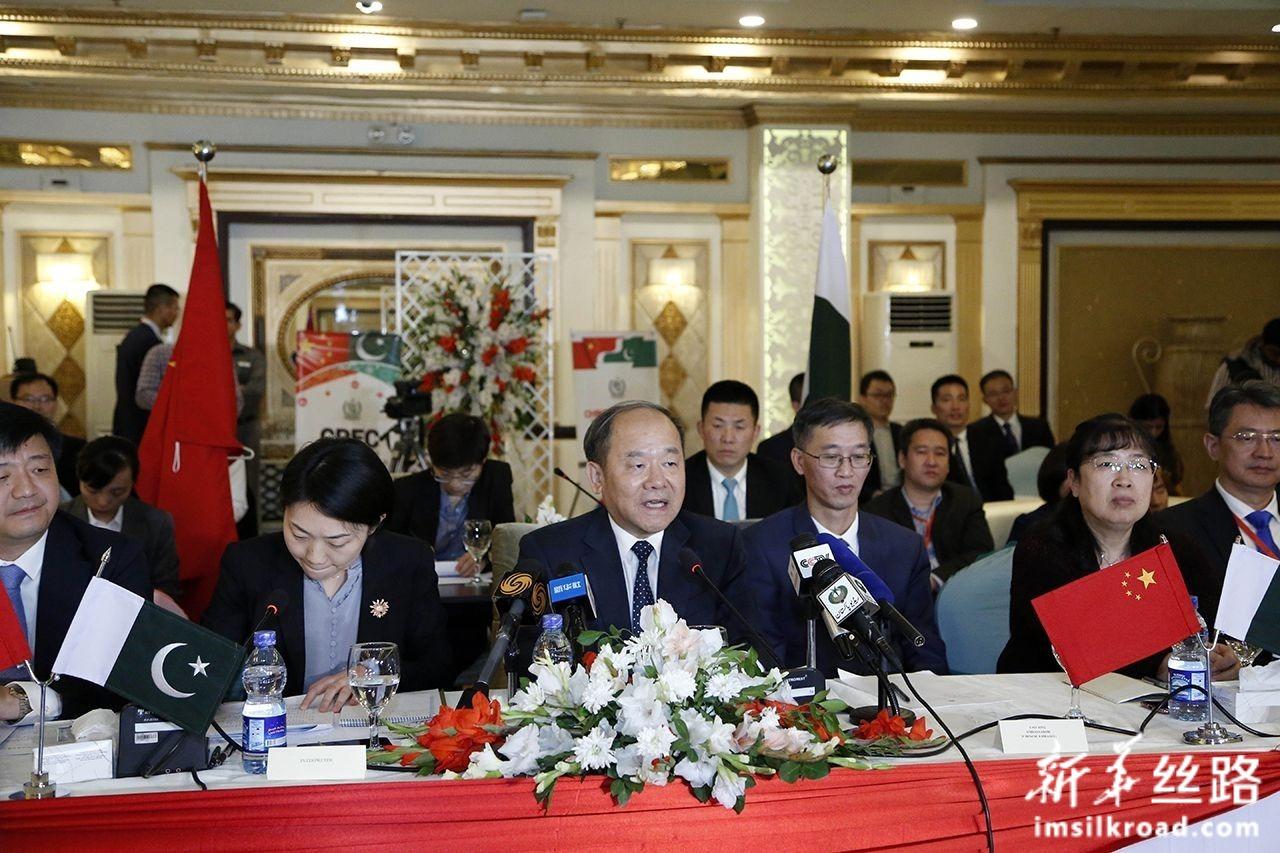 11月5日,在巴基斯坦伊斯兰堡,中国国家发展和改革委员会副主任宁吉喆(中)在中巴经济走廊联合合作委员会第九次会议上发言。新华社发(艾哈迈德·卡迈勒摄)