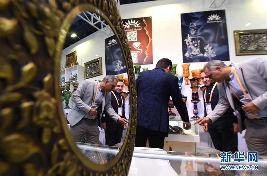 11月5日,伊朗参展商在第二届进博会服务贸易展区的展台前忙碌。 当日,第二届中国国际进口博览会在上海国家会展中心开幕。 新华社记者 尹炣 摄