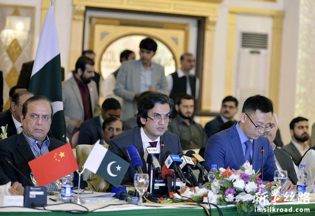 11月5日,在巴基斯坦伊斯兰堡,巴基斯坦计划、发展和改革部长巴赫蒂亚尔(中)在中巴经济走廊联合合作委员会第九次会议上发言。新华社发(艾哈迈德·卡迈勒摄)