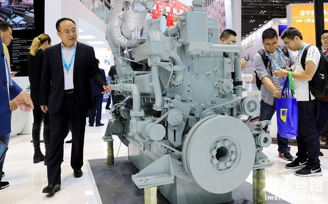 11月6日,一款日本三菱重工生产的环保型发电用柴油机展品亮相进博会装备展区。新华社记者 方喆 摄