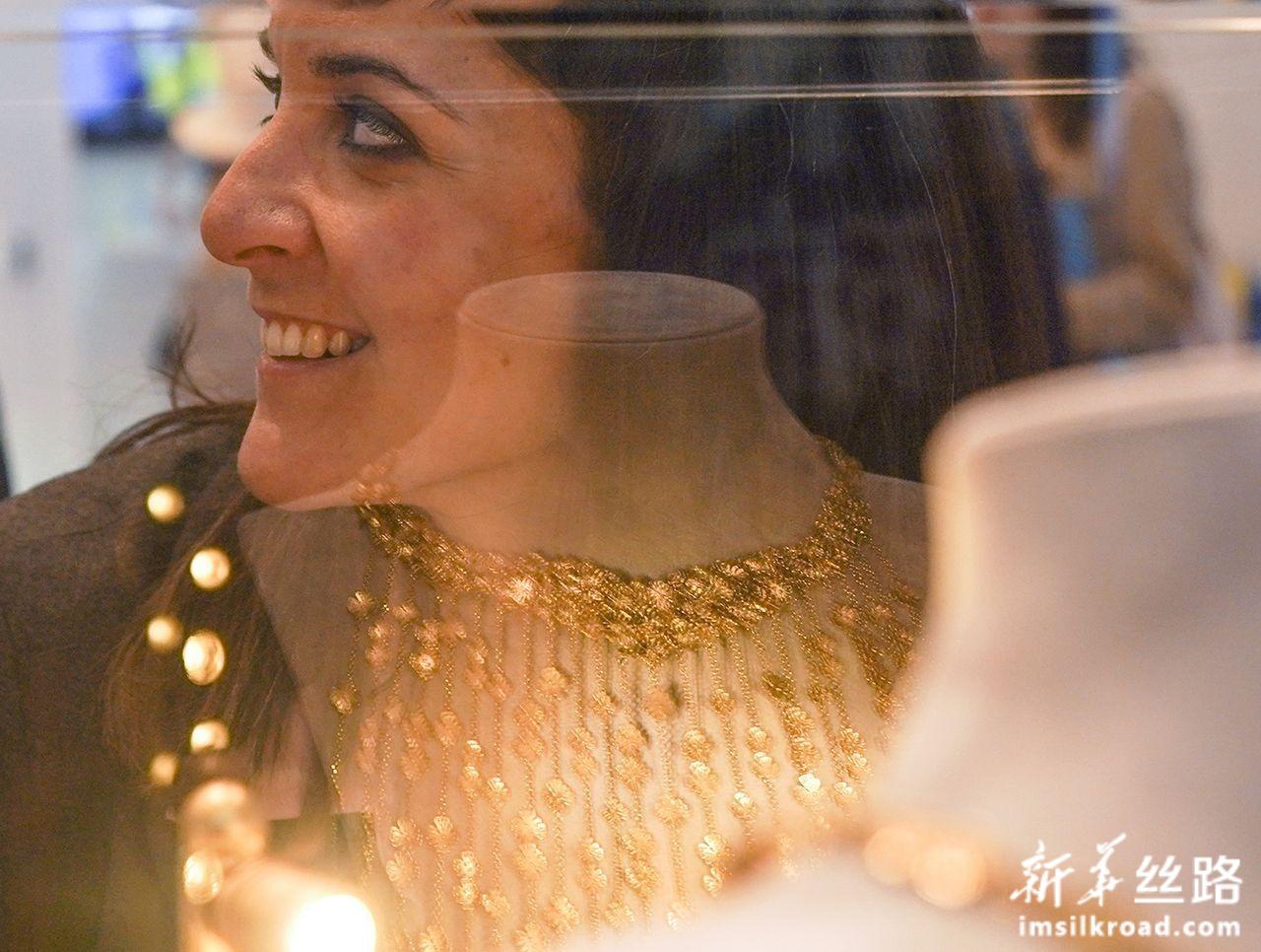 11月6日,参观者在第二届进博会希腊国家馆参观。新华社记者 殷刚 摄