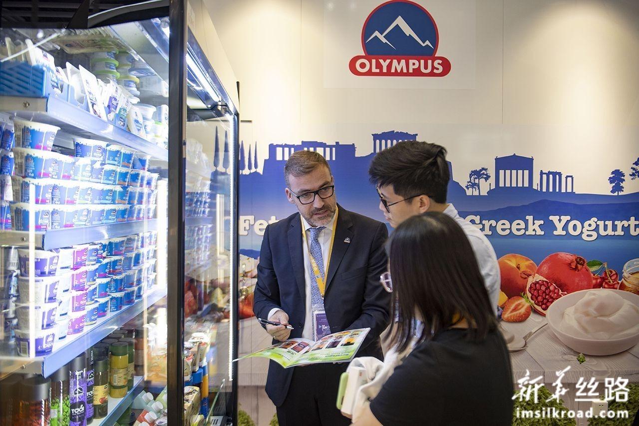11月7日,希腊企业的工作人员在第二届进博会上忙碌。新华社记者 普布扎西 摄